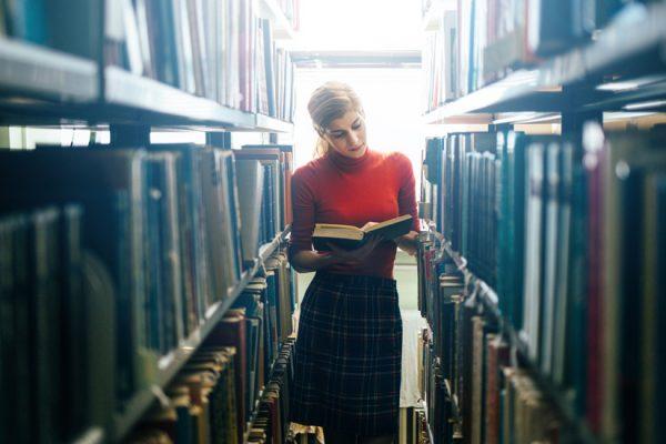 Studentin eines Orchideenfachs in Bibliothek