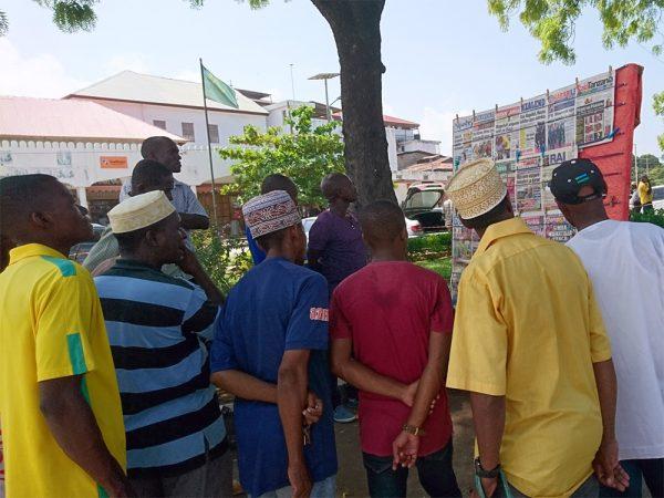 Zeitungsleser in Sansibar
