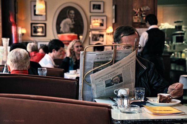 Zeitungsleser in einem Wiener Kaffeehaus